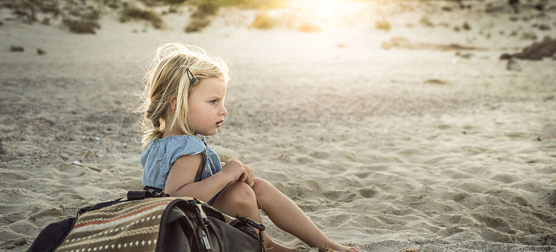 LIFE-for-FIVE-Sardinien-mit-Kindern-Unsere Tochter mit ihrem neuen Rucksack am Strand