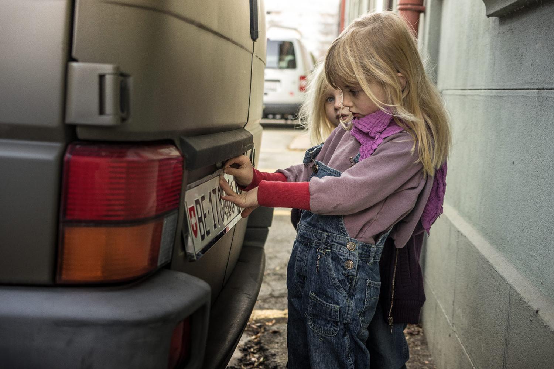 LIFE-for-FIVE-T4-Syncro-Unsere Mädels beim Befestigen des Nummernschildes am VW T4 Syncro.