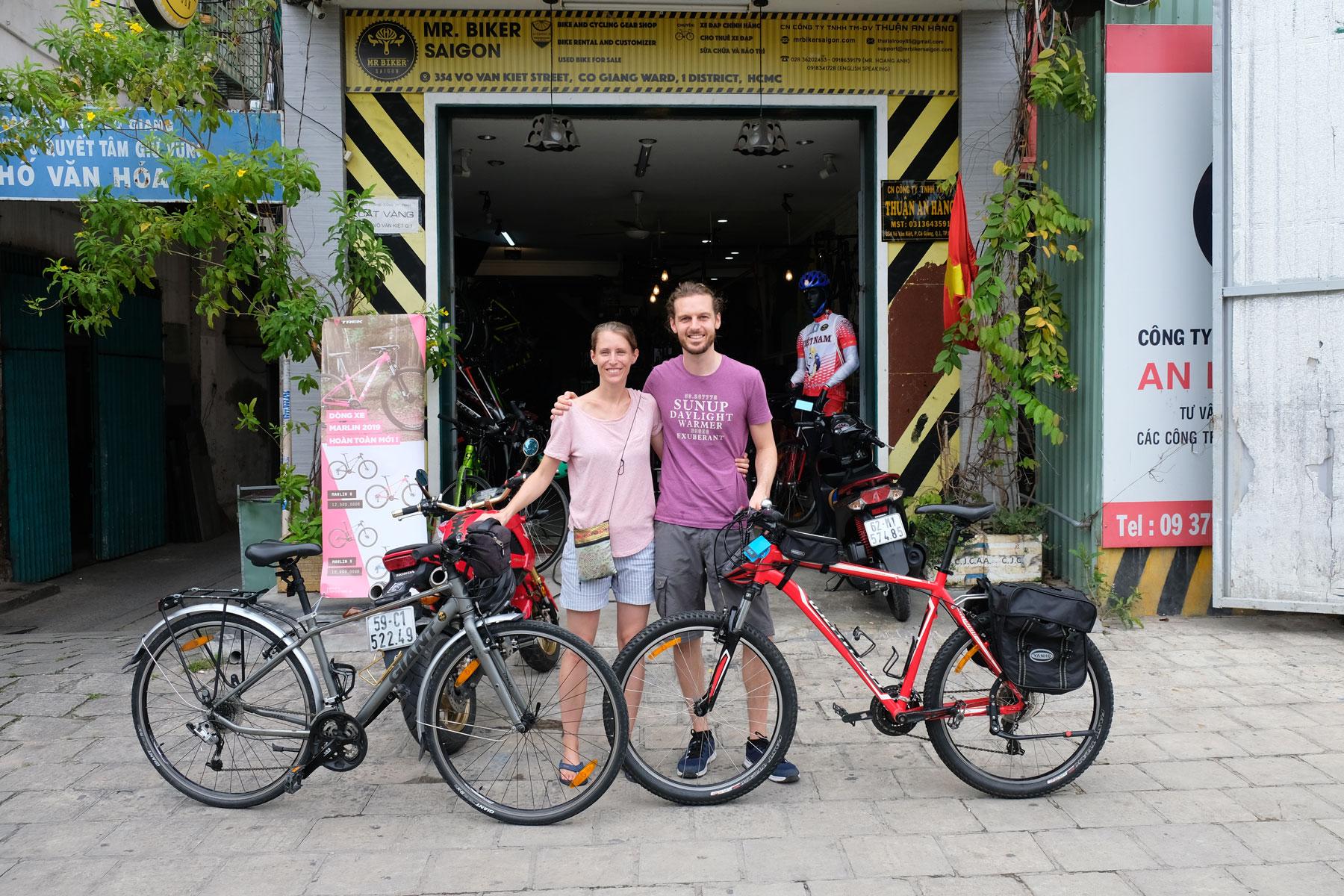 Leo und Sebastian stehen neben ihren neu gekauften Fahrrädern in Ho-Chi-Minh-Stadt.